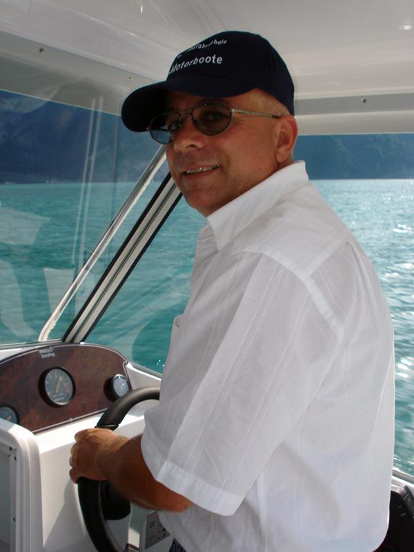 Christoph Rohrer am Steuer seines Fahrschulbootes